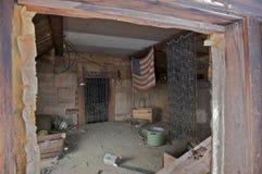 Interior de uma barraca abandonada Imagens de Stock