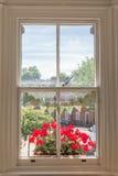 Interior de uma casa britânica vitoriano com as janelas brancas de madeira velhas Imagem de Stock Royalty Free