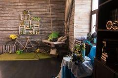 Interior de uma casa de campo com uma parede de placas de madeira imagens de stock royalty free
