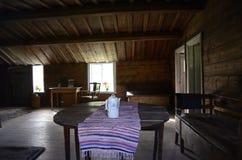 Interior de uma casa de campo de madeira velha Imagem de Stock