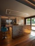Interior de uma casa de campo moderna luxuosa, cozinha fotos de stock