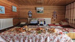 Interior de uma casa de Hasake, uma das 56 minorias étnicas em China Imagem de Stock