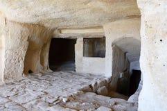 Interior de uma caverna na cidade antiga de Matera As pedras Sassi di Matera de Matera são um dos primeiros pagamentos humanos em fotografia de stock