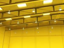 Interior de uma construção amarela vazia do armazém da cor Foto de Stock Royalty Free
