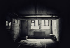 Interior de uma construção comercial abandonada suja Imagem de Stock Royalty Free
