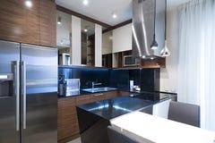 Interior de uma cozinha pequena moderna Fotos de Stock Royalty Free