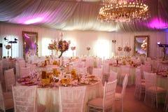 Interior de uma decoração branca luxuosa da barraca do casamento pronta para convidados Fotos de Stock Royalty Free