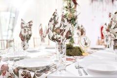 Interior de uma decoração da barraca do casamento pronta para convidados Servido em volta da tabela de banquete exterior no famos foto de stock