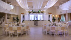 Interior de uma decoração do salão do casamento pronta para convidados Sala bonita para cerimônias e casamentos vídeos de arquivo