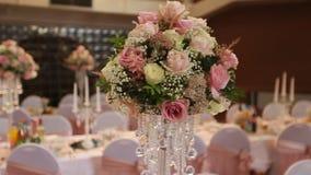 Interior de uma decoração do salão do casamento pronta para convidados Sala bonita para cerimônias e casamentos Conceito do casam vídeos de arquivo