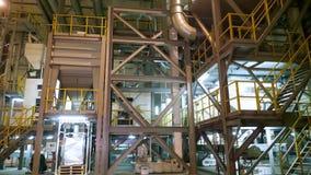 Interior de uma fábrica moderna, grandes locais industriais do hangar, armazém Grandes construções de aço para a planta, tub vídeos de arquivo