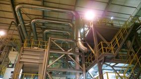Interior de uma fábrica moderna, grandes locais industriais do hangar, armazém Grandes construções de aço para a planta, tub video estoque