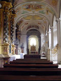Interior de uma igreja imagem de stock
