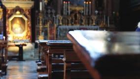 Interior de uma igreja com mudanças focais filme