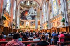 Interior de uma igreja com os povos em México imagem de stock
