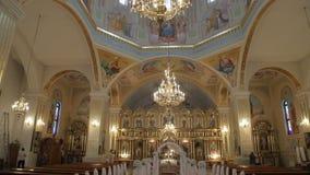 Interior de uma igreja velha antes da cerimônia de casamento filme