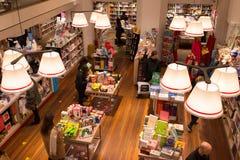 Interior de uma livraria moderna com os povos de cima de consultar a coleção Foto de Stock