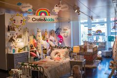 Interior de uma loja de Crate & Barrel fotografia de stock