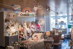 Interior de uma loja de Crate & Barrel fotos de stock