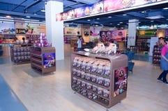 Interior de uma loja isenta de direitos aduaneiros Foto de Stock Royalty Free