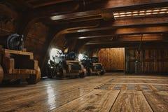 Interior de uma plataforma de arma em um navio de guerra histórico com canhões foto de stock royalty free