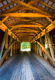 Interior de uma ponte coberta no Condado de Lancaster rural, Pennsylv imagens de stock royalty free