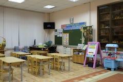 Interior de uma sala de aula moderna da escola fotografia de stock