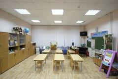 Interior de uma sala de aula moderna da escola imagens de stock