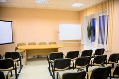 Interior de uma sala de conferências em tons cor-de-rosa fotos de stock royalty free