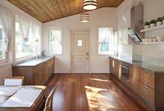 Interior de uma sala de jantar espaçosa Fotografia de Stock