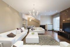 Interior de uma sala de visitas espaçoso com a chaminé no luxo apar Fotos de Stock Royalty Free