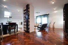 Interior de uma sala de visitas espaçoso com logs para a chaminé Foto de Stock