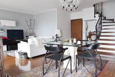Interior de uma tabela do apartamento, a de vidro e de uma escadaria Imagem de Stock Royalty Free