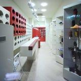 Interior de un almacén moderno del boutique Fotos de archivo