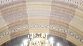 Interior de un altar viejo de la iglesia almacen de metraje de vídeo