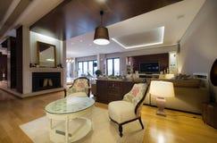 Interior de un apartamento de lujo con la chimenea Fotos de archivo libres de regalías