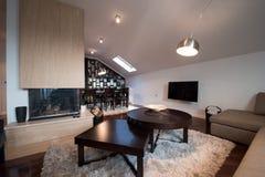 Interior de un apartamento moderno del desván con la chimenea Imagen de archivo libre de regalías