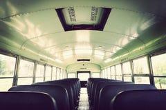 Interior de un autobús escolar viejo fotos de archivo