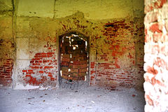 Interior de un castillo abandonado viejo Imagen de archivo libre de regalías