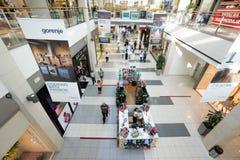 Interior de un centro comercial moderno Imagen de archivo