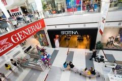 Interior de un centro comercial moderno Imagenes de archivo