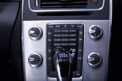Interior de un coche moderno donde usted puede ver la palanca de engranaje y la consola imagenes de archivo