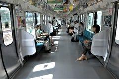Interior de un coche de subterráneo de Tokio foto de archivo