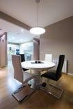 Interior de un comedor de lujo con la mesa redonda y una vista a fotos de archivo