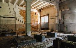 Interior de un cuarto abandonado de la fábrica Imagenes de archivo