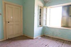 Interior de un cuarto abandonado sucio Foto de archivo