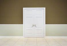 Interior de un cuarto con una puerta Imagen de archivo libre de regalías