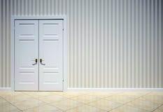 Interior de un cuarto con una puerta Fotografía de archivo libre de regalías