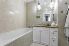 Interior de un cuarto de baño moderno Imagenes de archivo