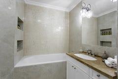 Interior de un cuarto de baño moderno Fotos de archivo libres de regalías